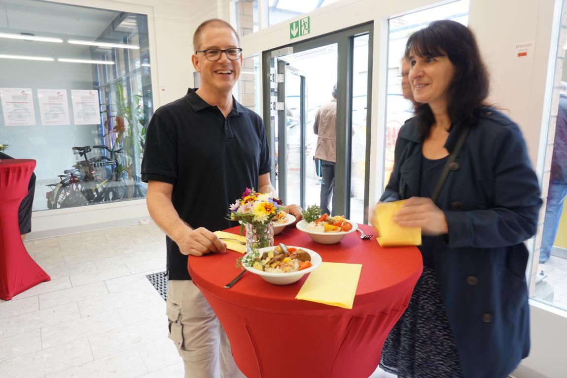 Roland und Helne beim Essen Arwo Stiftung Fislisbach